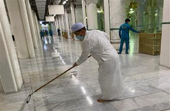 صورة وزير ماليزي وهو ينظف الحرم المكي تخطف الأضواء