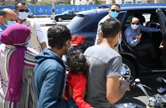الرئيس السيسي يتحدث مع أسرة مصرية تستقل دراجة بخارية تصادف وجودها أثناء مروره