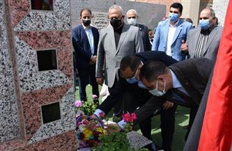 محافظ الشرقية يضع إكليلًا من الزهور على النصب التذكاري لشهداء مدرسة بحر البقر| صور