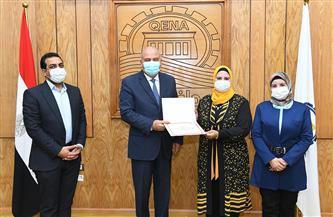 محافظ قنا يكرم نائب رئيس مدينة قفط لتفوقها| صور