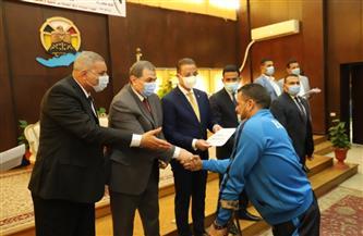 وزير القوى العاملة يسلم 208 عقود عمل لذوي الهمم والعزيمة بالفيوم  صور