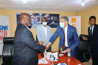 سفير مصر في مونروفيا يشهد توقيع عقد الشراكة بين إحدى الشركات المصرية والاتحاد الليبيري لكرة القدم |صور