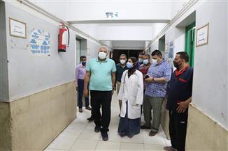 محافظ الوادي الجديد يفاجئ مستشفى الخارجة العام للتأكد من الخدمات المقدمة
