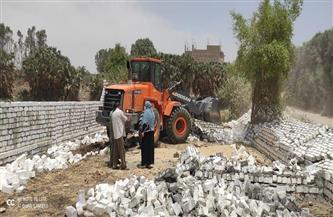 إزالة تعد بالبناء في الشارع العام طريق مصر - أسوان جنوب الأقصر |صور