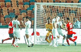 لاعبو الزمالك يتفقدون أرضية إستاد القاهرة