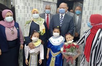 محافظ القاهرة يزور دار أيتام ويقدم عيدية لأطفالها