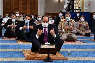 المتحدث الرئاسي ينشر صور الرئيس السيسي يؤدي صلاة العيد بمسجد الماسة بالعلمين الجديدة