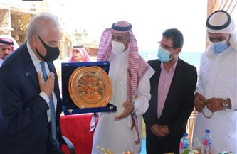 محافظ جنوب سيناء يقدم التهنئة بالعيد لأهالي دهب.. ويستمع لمقترحاتهم لتطوير المدينة | صور