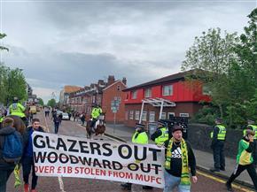 جماهير مانشستر يونايتد تحتج مجددا وتقارير عن منع حافلة ليفربول من الوصول للملعب