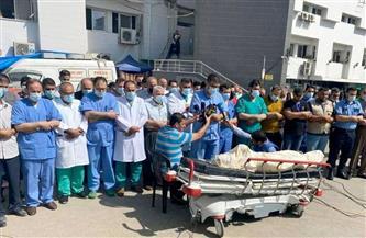 الأطقم الطبية بمجمع الشفاء بغزة تؤدى صلاة الجنازة على طبيب شهيد