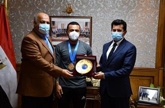 وزير الرياضة يكرم عزمي وعبدالعزيز محيلبة ويشيد بأداء بعثة الرماية