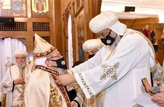 البابا تواضروس يمنح ثلاثة من الكهنة رتبة القمصية | صور