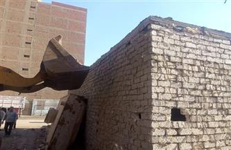 محافظة الجيزة تتصدى لحالة بناء مخالف بإزالة فورية بالمنيب   صور