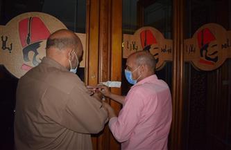 غلق وتشميع 3 مقاهِ و6 محال تجارية في حملة بمركز طامية في الفيوم   صور
