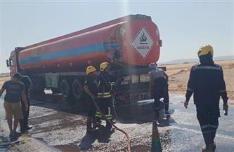 اصطدام شاحنة نقل بشاحنة سولار في الوادي الجديد دون إصابات   صور