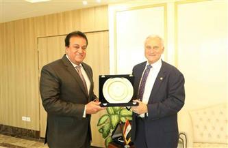 وزير التعليم العالي يلتقي رئيس الجامعة الأمريكية بالقاهرة بمناسبة انتهاء فترة عمله |صور