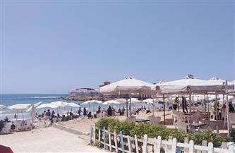 """""""السياحة والمصايف بالإسكندرية"""" توزع أكياس قمامة على المصطافين مجانا"""