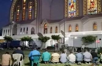 انتشار صورة على الفيسبوك لطاقم التليفزيون المصري وهو يصلي العشاء داخل الكاتدرائية.. والأقباط يشكرونهم