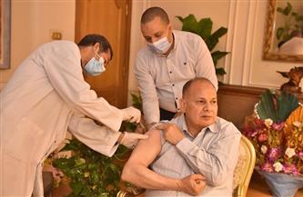 محافظ أسيوط يتلقى الجرعة الأولى من لقاح كورونا.. ويدعو المواطنين للتسجيل لتلقي المصل | صور