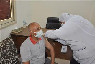صحة الوادي الجديد: فرق طبية متنقلة لتطعيم العاملين بالمصالح الحكومية بلقاح كورونا| صور