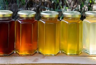 العسل الأبيض والأسود.. بدائل السكر لتحلية العصائر والحلوى