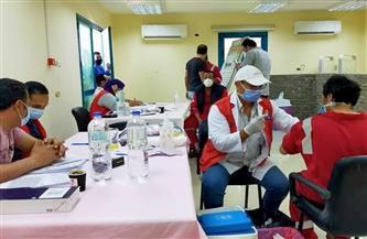فرق طبية لتطعيم العاملين بشركات البترول في رأس غارب بلقاح كورونا| صور