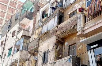 إزالة الخطورة الداهمة عن عقار قديم يهدد حياة المواطنين غرب الإسكندرية   صور