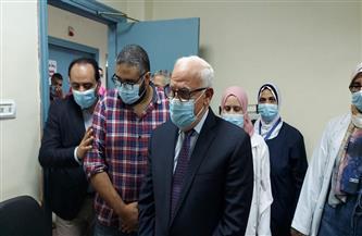 محافظ بورسعيد يشيد بجدية طاقم تطعيم لقاح كورونا بمقر بنك الدم | صور