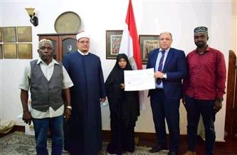 سفير مصر في تنزانيا يكرم المتسابقة الفائزة بالمركز الثاني في المسابقة العالمية لحفظ القرآن | صور