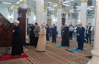 محافظ القاهرة يؤدي صلاة الجمعة الأخيرة لرمضان في مسجد السيدة نفيسة