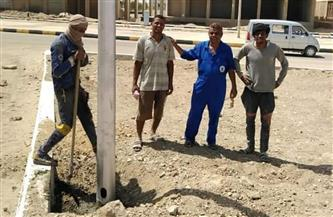 استمرار تركيب أعمدة الإنارة في مدينة مرسى علم| صور