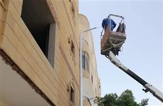 تركيب أعمدة إنارة جديدة بشارع النصر في الغردقة |صور