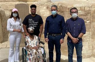 في حضور وزير السياحة ووفد التنسيقية.. سيدة أمريكية تحقق حلمها بزيارة الأهرامات | صور