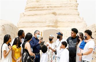 وزير الآثار يلتقي بالسيدة الأمريكية جلوريا والكر بعد تحقيق حلمها بزيارة الأهرامات | صور