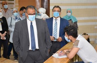 نائب رئيس جامعة عين شمس يتفقد سير الامتحانات بكلية طب الأسنان |صور