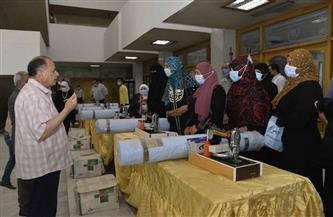 محافظ أسيوط يوزع ماكينات خياطة وأفرانًا منزلية للسيدات المعيلات والأولى بالرعاية | صور
