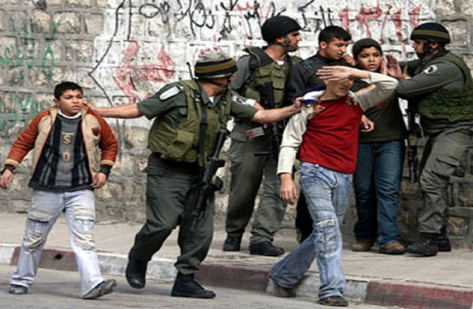 اعتقال  فلسطينيين بعد اعتداء جيش الاحتلال الإسرائيلي والمستوطنين عليهم في الخليل