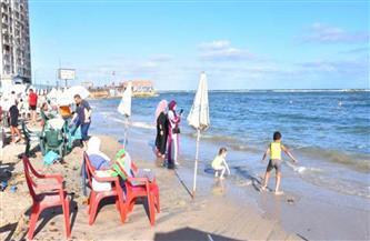 فصل عامل بشاطئ المندرة المجاني بالإسكندرية لتلقيه إكرامية من مواطن