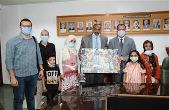 أطفال معهد جنوب مصر للأورام يكرمون نائب رئيس جامعة أسيوط| صور