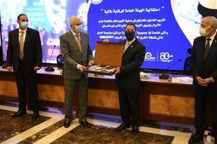 رئيس الرقابة المالية يهدي المستشار أحمد سعيد إستراتيجية الهيئة خلال السنوات الأربع المقبلة