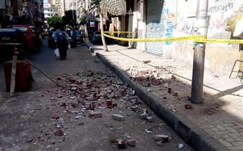 انهيار أجزاء من عقار قديم وسط الإسكندرية| صور