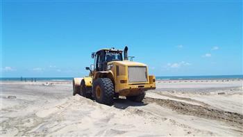 تسوية الرمال ورفع كفاءة الإنارة ومكافحة البعوض في حملات بمصيف بلطيم| صور