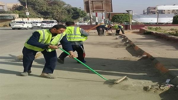 رئيس نظافة القاهرة اللى عاوز يساعد عامل النظافة لا يلقي المخلفات بالشارع
