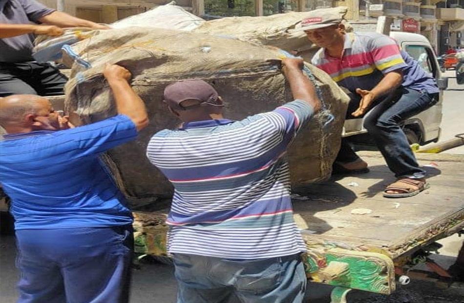 ضبط  عربات كارو لنباشي القمامة و  مخالفة مرافق في حملة ليلية بحي شرق سوهاج | صور