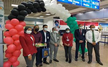 «تنشيط السياحة» تستقبل سائحين من الإمارات بالهدايا التذكارية والورود