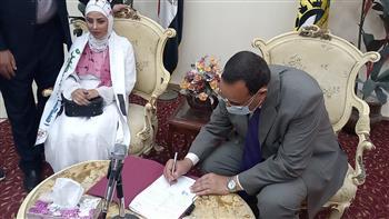 محافظ شمال سيناء يسلم عروسًا شقة الزوجية هدية من الرئيس السيسي |صور