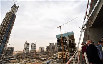 وزير الإسكان يضع آخر جزء خرساني بأعلى برج في إفريقيا بالعاصمة الإدارية