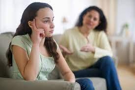 «حتى تتمتع بشخصية مستقلة وسوية».. لاتفرضي سيطرتك على ابنتك