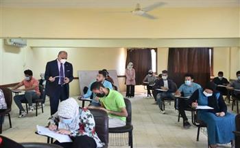 رئيس جامعة الأقصر يتابع سير الامتحانات بكليتي الآثار والحاسبات والمعلومات صور