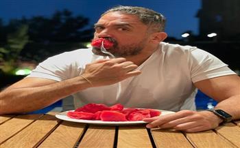 أمير كرارة يمازح جمهوره بـ «طبق بطيخ»